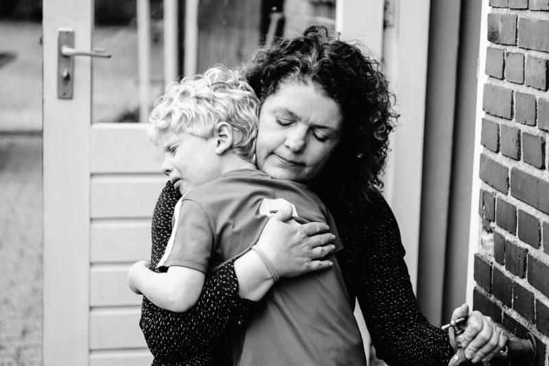 day in the life, familie reportage, bij mensen thuis fotograferen, kinderen op de boerderij, fotograaf Assen, natuurlijkliacht fotograaf, fotograaf in Drenthe, moeder die kind troost