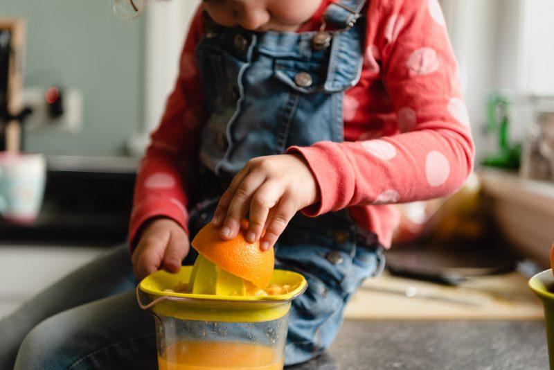 Day in the life, familie reportage, bij mensen thuis fotograferen, meisje sinaasappels persen., fotograaf Assen, natuurlijkliacht fotograaf, fotograaf in Drenthe.