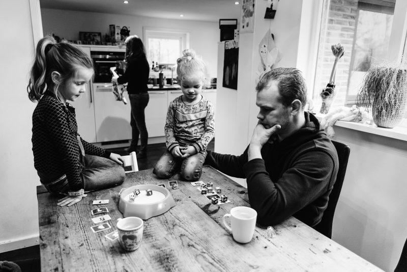 day in the life, familie reportage, bij mensen thuis fotograferen, kinderen op de boerderij, fotograaf Assen, natuurlijkliacht fotograaf, fotograaf in Drenthe, samen een spelletje doen