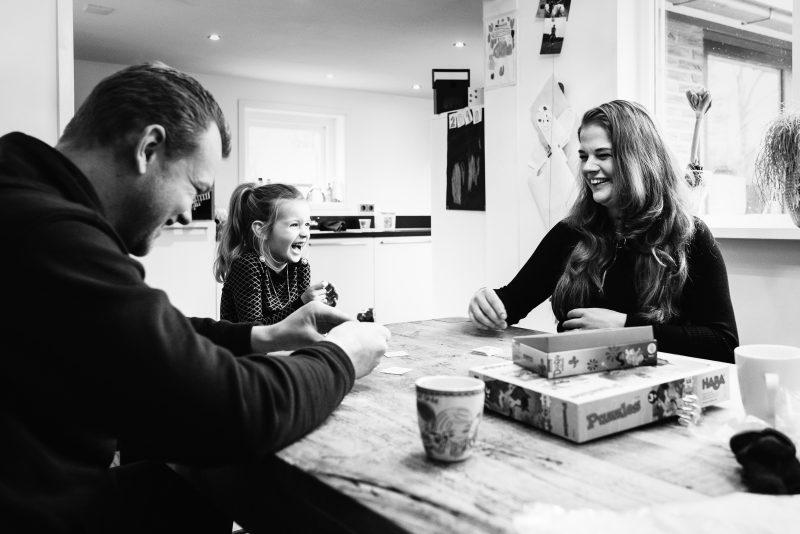 day in the life, familie reportage, bij mensen thuis fotograferen, kinderen op de boerderij, fotograaf Assen, natuurlijkliacht fotograaf, fotograaf in Drenthe, samen een spelletje doen, plezier hebben met elkaar