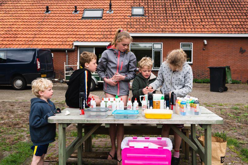 day in the life, familie reportage, bij mensen thuis fotograferen, kinderen slijm maken, fotograaf Assen, natuurlijkliacht fotograaf, fotograaf in Drenthe.