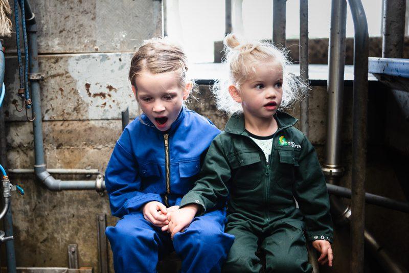 day in the life, familie reportage, bij mensen thuis fotograferen, kinderen op de boerderij, fotograaf Assen, natuurlijkliacht fotograaf, fotograaf in Drenthe, gapend meisje