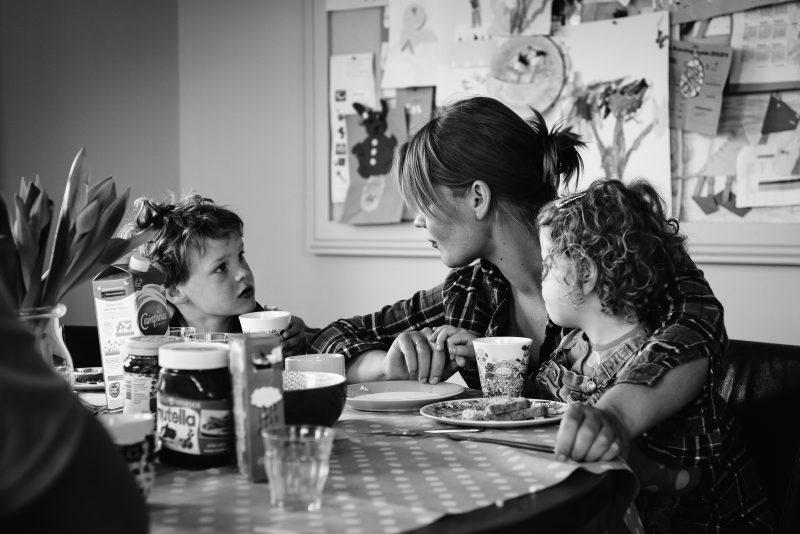 day in the life, familie reportage, bij mensen thuis fotograferen, kinderen op de boerderij, fotograaf Assen, natuurlijkliacht fotograaf, fotograaf in Drenthe, gezamenlijk eten aan tafel