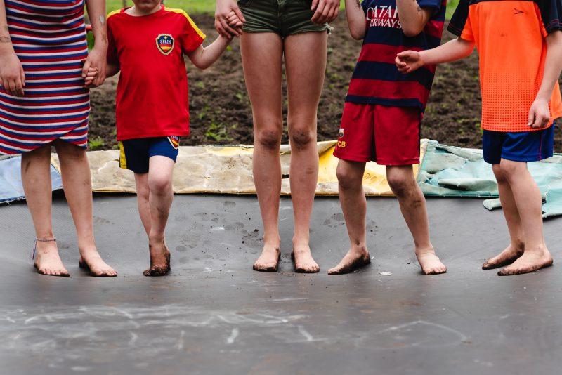 day in the life, familie reportage, bij mensen thuis fotograferen, kinderen op de boerderij, fotograaf Assen, natuurlijkliacht fotograaf, fotograaf in Drenthe, lekker buiten spelen, vieze voeten