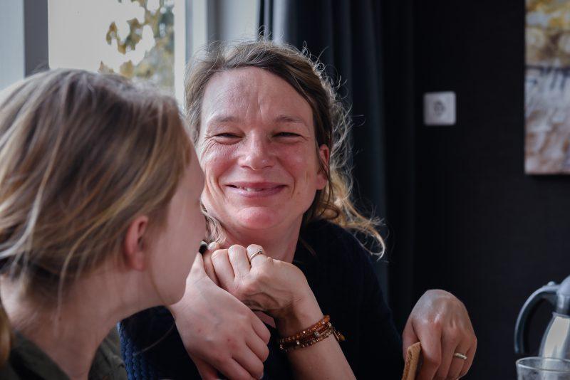 day in the life, familie reportage, bij mensen thuis fotograferen, moeder kijkt naar kind, fotograaf Assen, natuurlijkliacht fotograaf, fotograaf in Drenthe, gezamenlijk eten aan tafel