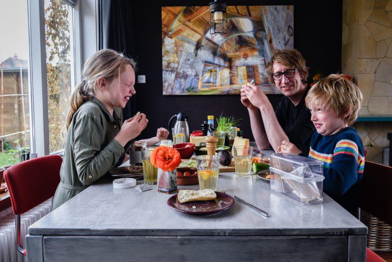 day in the life, familie reportage, bij mensen thuis fotograferen, fotograaf Assen, natuurlijkliacht fotograaf, fotograaf in Drenthe, gezamenlijk eten aan tafel