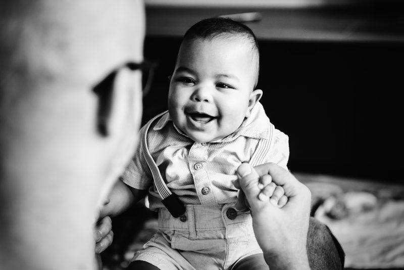 DITL, momenten uit het leven van een gezin, contact met je kind, gezinsleven, zwart/wit fotografie