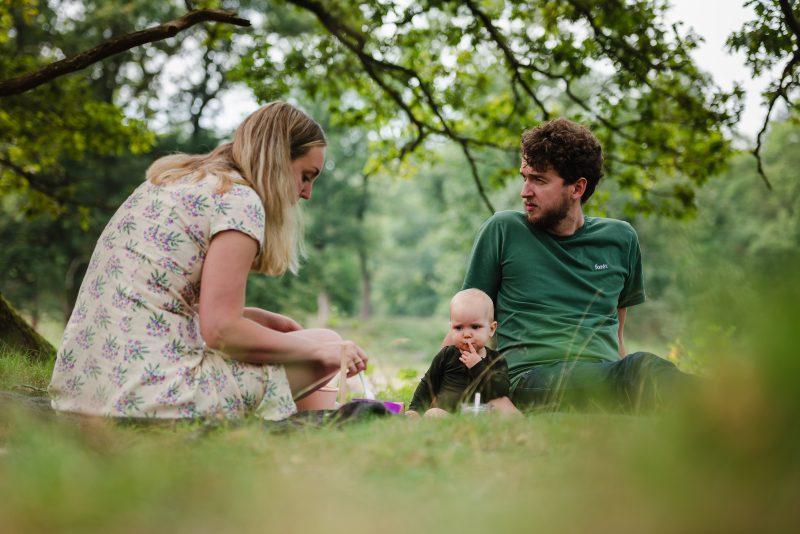 picknicken met gezin, buiten shoot, zwart/wit, natuurlijk licht fotograaf, Schipborg, op de heide, ouders en kind