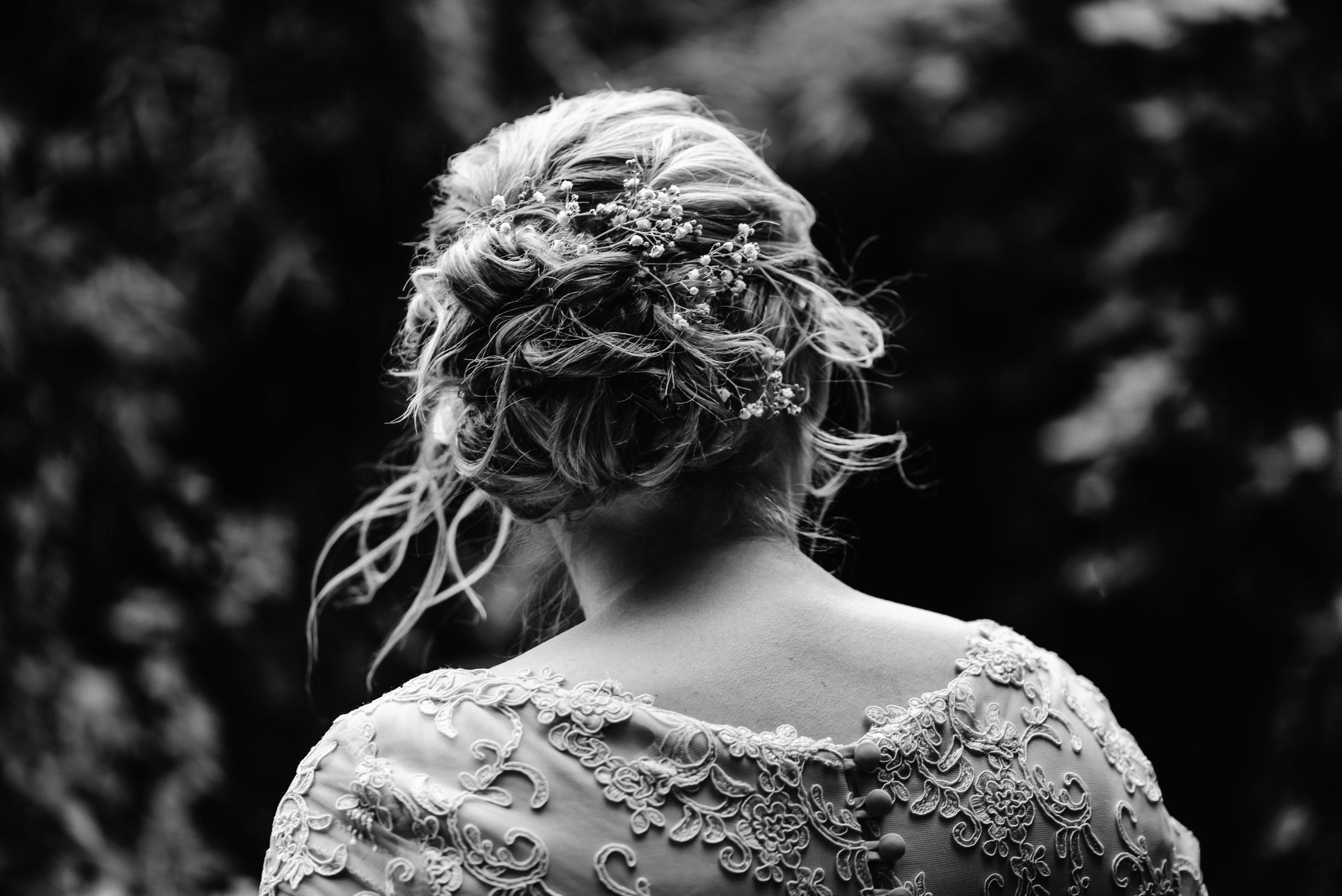 Bruid, opgestoken haar, zwart/wit fotografie