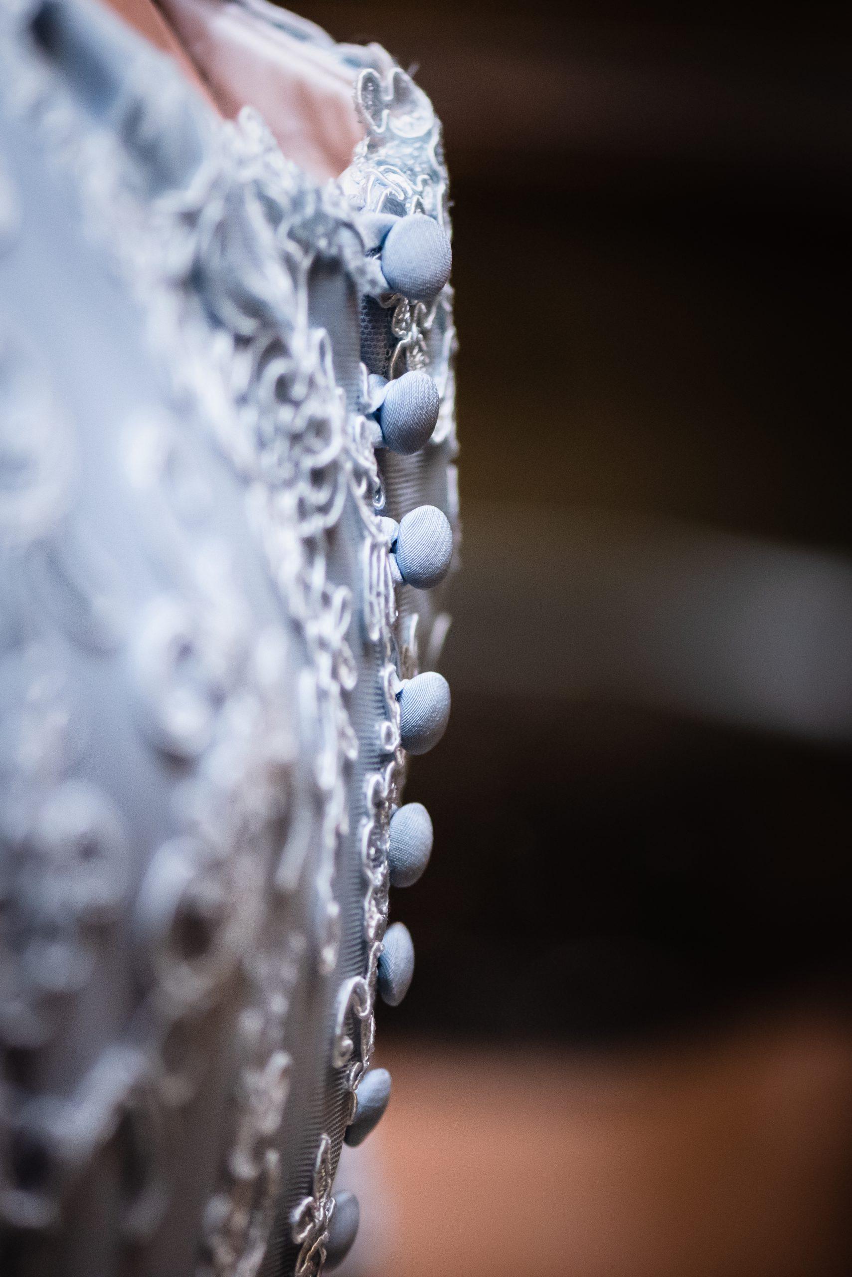 Bruidskleding, aankleden, trouwen in Drenthe, blauwe trouwjurk