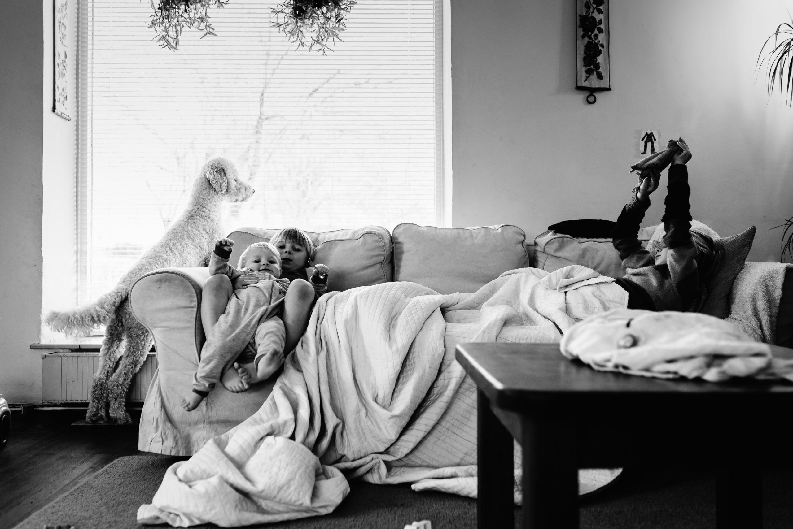 Groot gezin, zwart/wit, het gezinsleven, gezinsfotograaf, Assen, Drenthe, familiefotograaf Assen, Familiefotograaf Drenthe, familiefotograaf