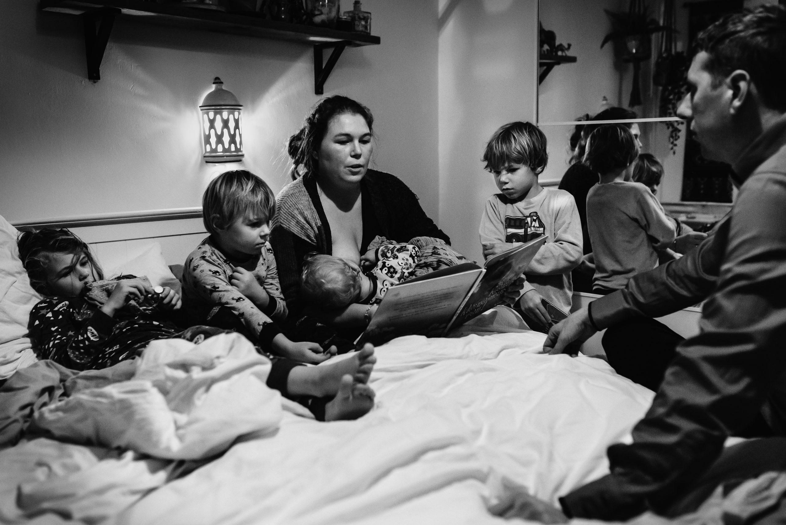 Groot gezin, het gezinsleven, gezinsfotograaf, Assen, Drenthe, familiefotograaf Assen, Familiefotograaf Drenthe, familiefotograaf, gezinsfotograaf assen, zwart/wit fotografie, avond ritueel in gezin, alle kinderen samen