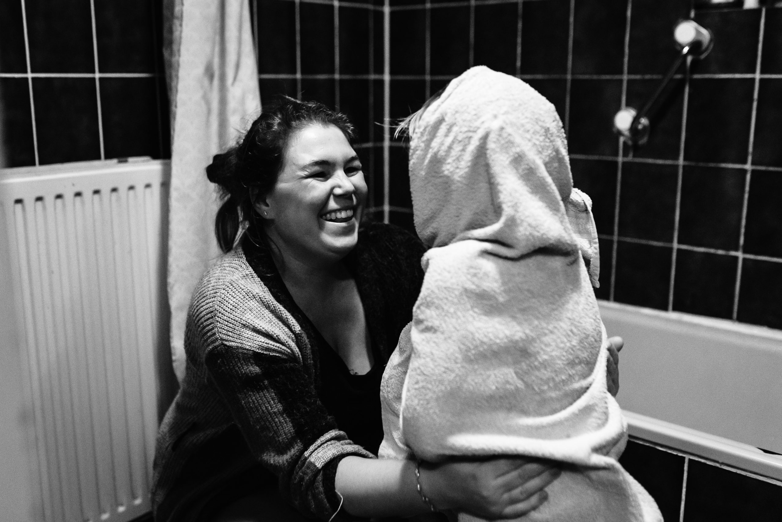 moeder kind moment, familiefotograaf Assen, gezinsfotograaf Assen, familiefotograaf Drenthe, gezinsfotograaf Drenthe, douche tafereel, zwart/wit fotografie