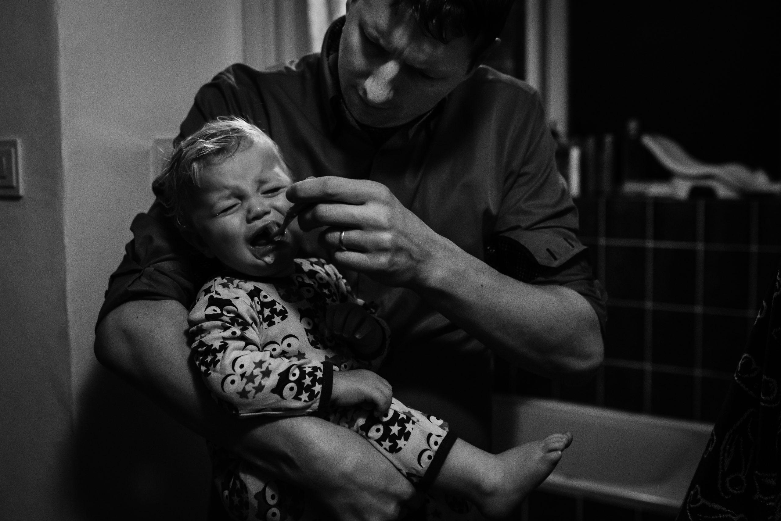 jong gezin, tandenpoetsen is niet leuk, avond ritueel, zwart/wit fotografie, Gezinsfotografie Assen, gezinsfotograaf Assen