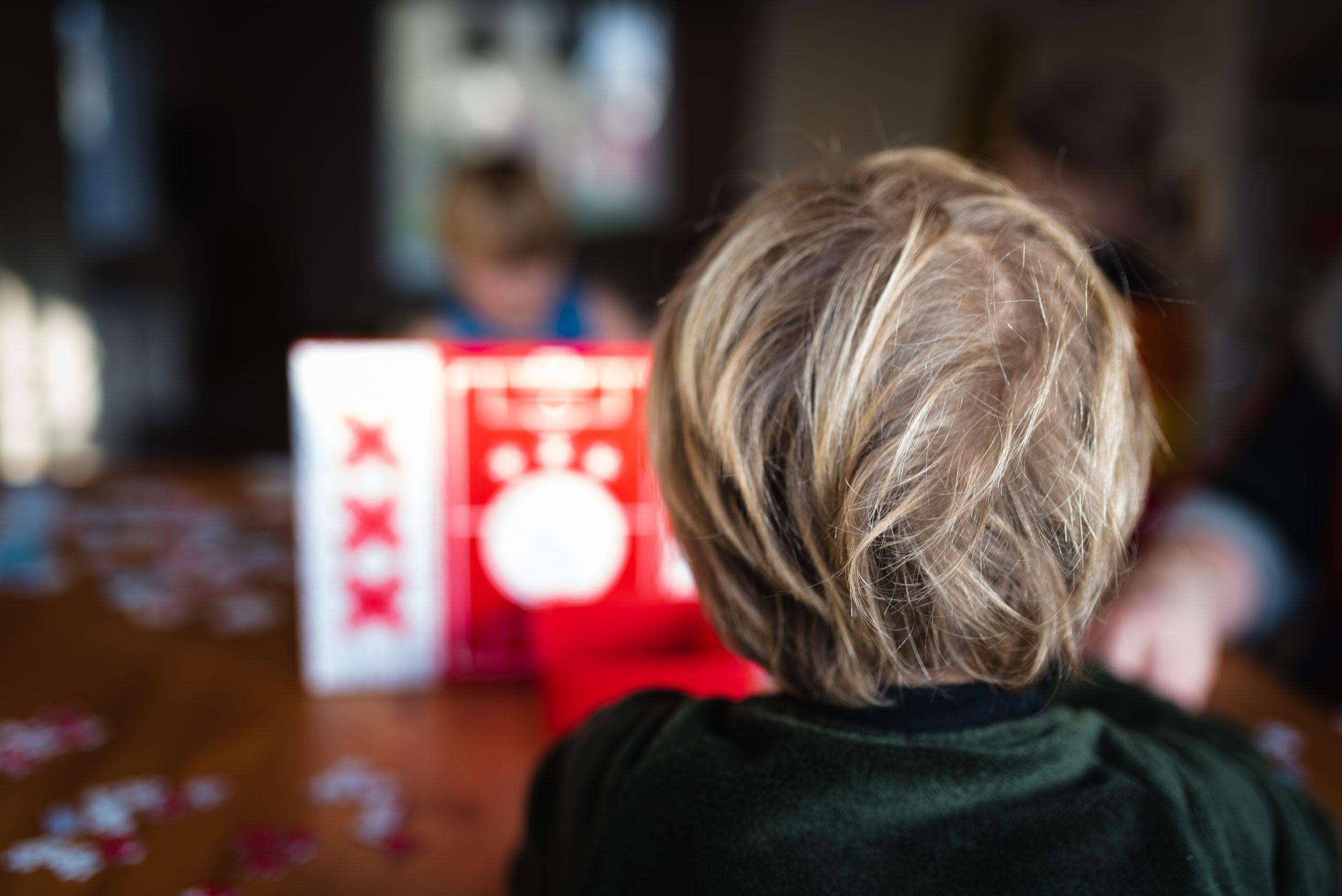 story telling, verhaal vertellen met foto's, familiefotograaf, Assen, Drenthe, gezinsfotograaf, groot gezin, spelen aan tafel