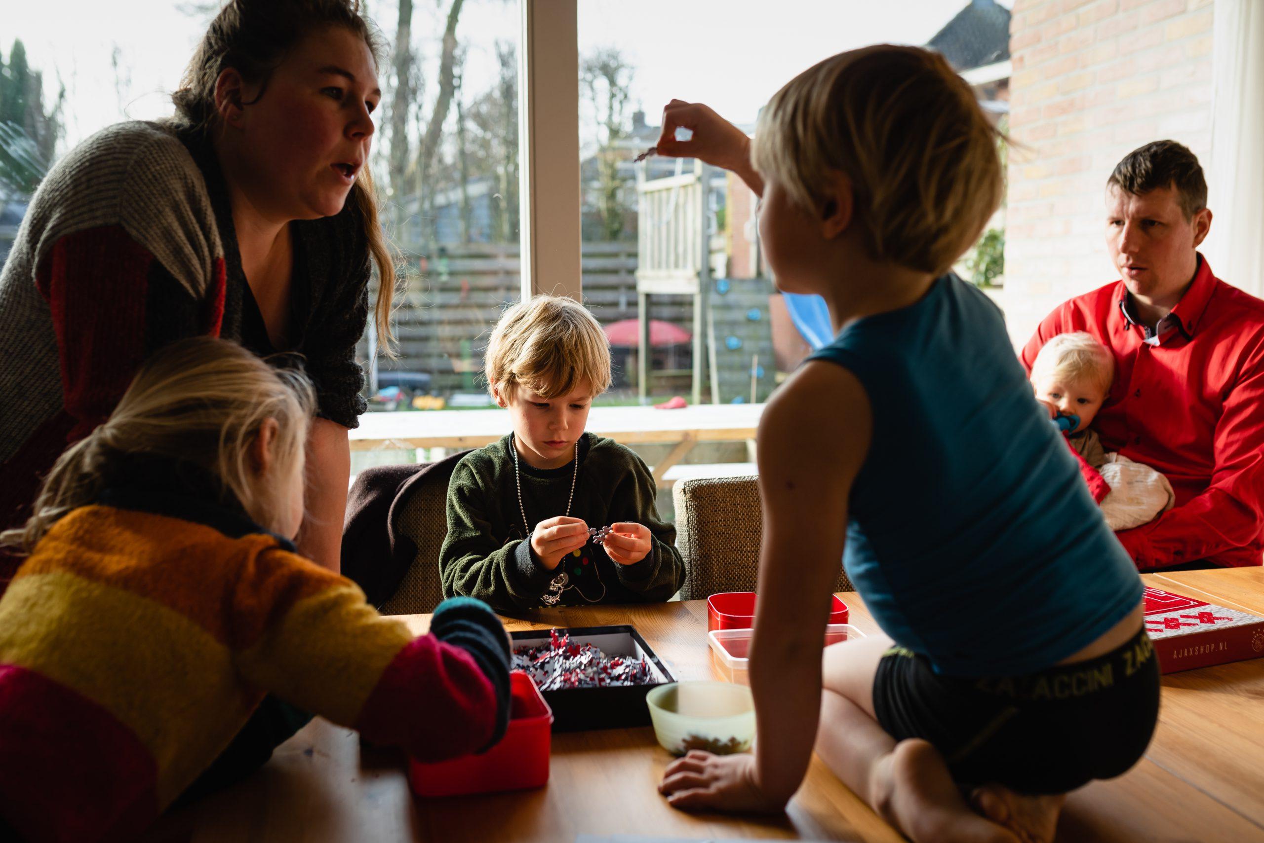 Groot gezin, het gezinsleven, gezinsfotograaf, Assen, Drenthe, familiefotograaf Assen, Familiefotograaf Drenthe, familiefotograaf, kinderen spelen, kinderen puzzel maken.
