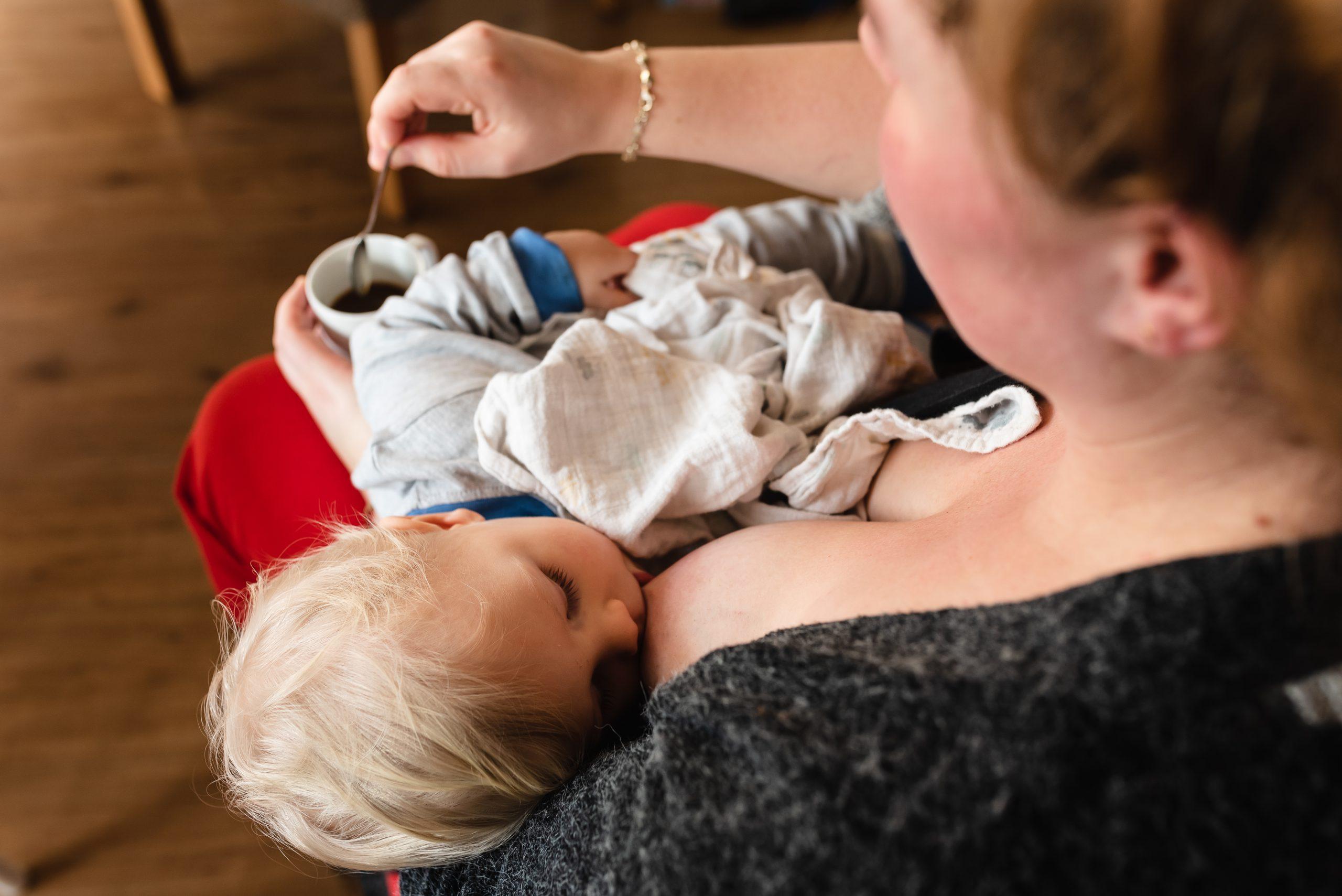 Borstvoeding, baby aan de borst, fotograaf Assen, familie fotograaf, gezinsfotograaf Assen