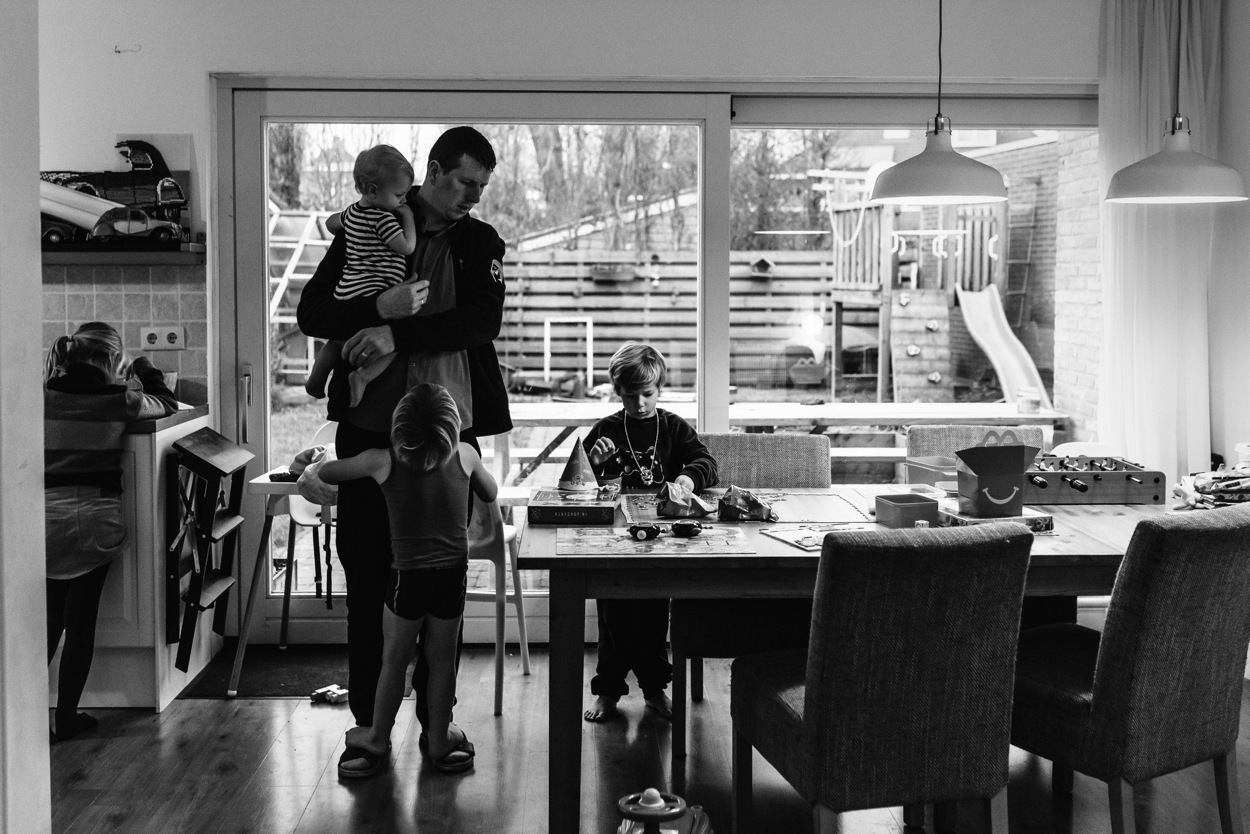 groot gezin, het gezinsleven, gezinsfotograaf, Assen, Drenthe, familiefotograaf Assen, Familiefotograaf Drenthe, familiefotograaf, gezinsfotograaf assen, zwart/wit fotografie