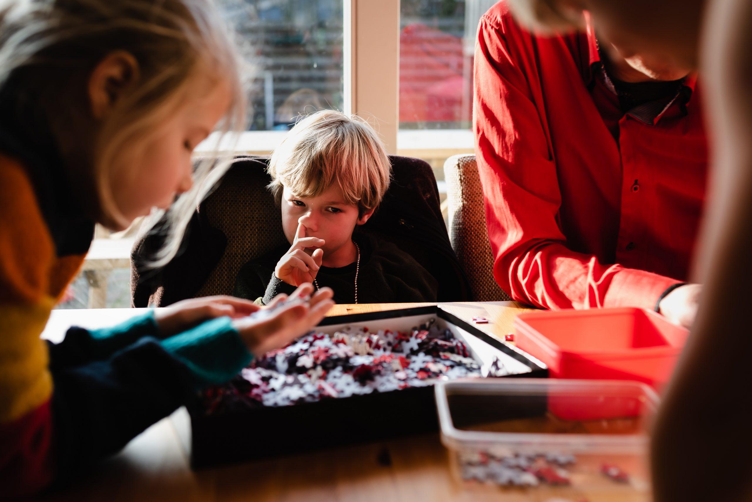 gezinsfotografie, familiefotograaf, Assen, fotograaf Drenthe, familiefotograaf Assen, gezinsfotograaf Drenthe, kind neuspeuteren, samen puzzel maken
