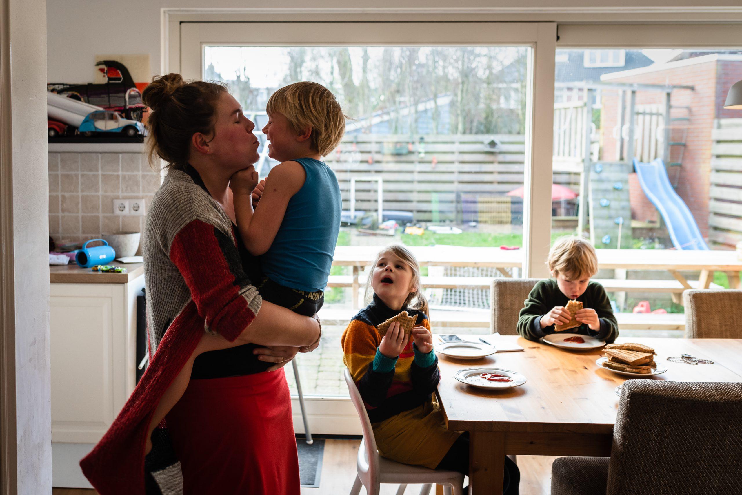 gezinsleven, tosti's eten, stoeien met kinderen, knuffelen, gezinsfotograaf, familiefotograaf, familiefotograaf Assen, gezinsfotograaf Assen, Gezinsfotograaf Drenthe, Familiefotograaf Drenthe