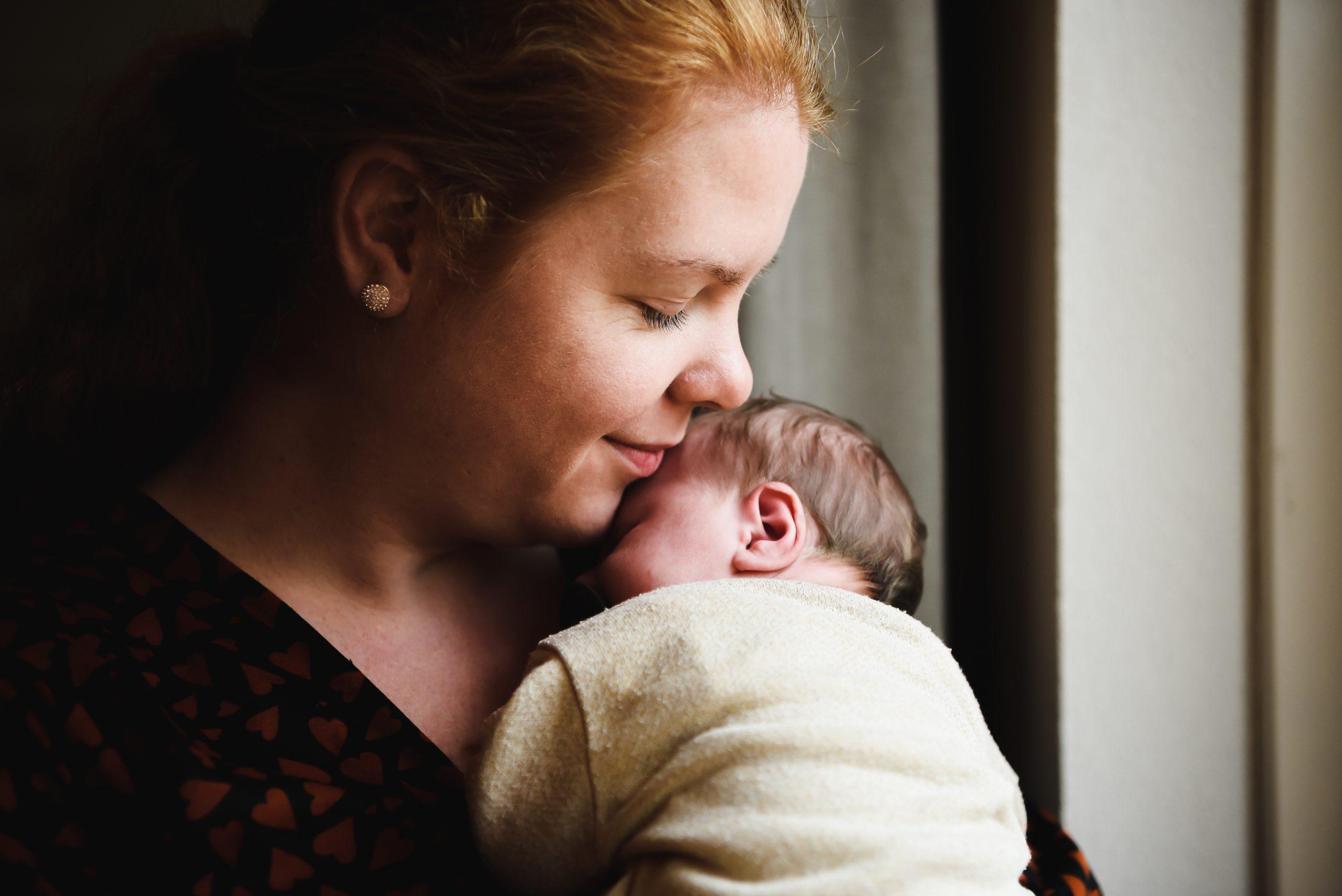 moeder en dochter, newborn, jong gezin, teder, liefde voor je kind, voor het eerst moeder, familiefotograaf Assen, gezinsfotograaf Assen, familie fotograaf Assen, familie fotograaf Drenthe