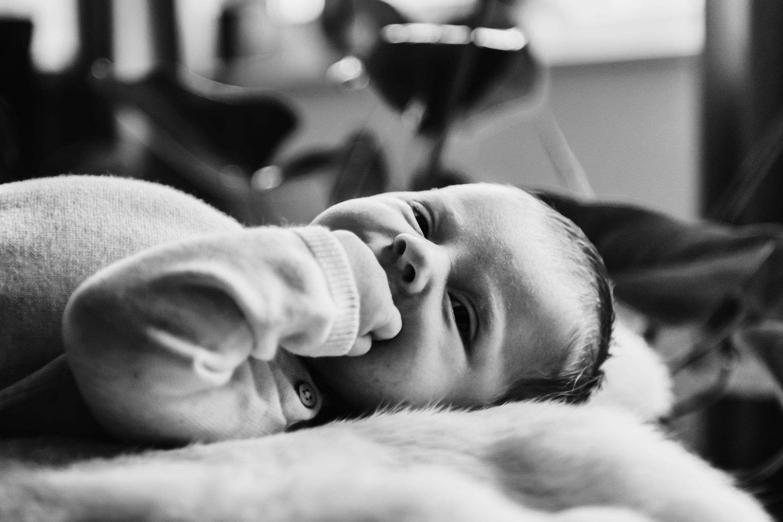 newborn, kleine baby, eerst week na de geboorte foto's, familie fotograaf Assen, familiefotograaf Drenthe, gezinsfotograaf Assen, gezinsfotograaf assen, day in the life, zwart/wit fotografie