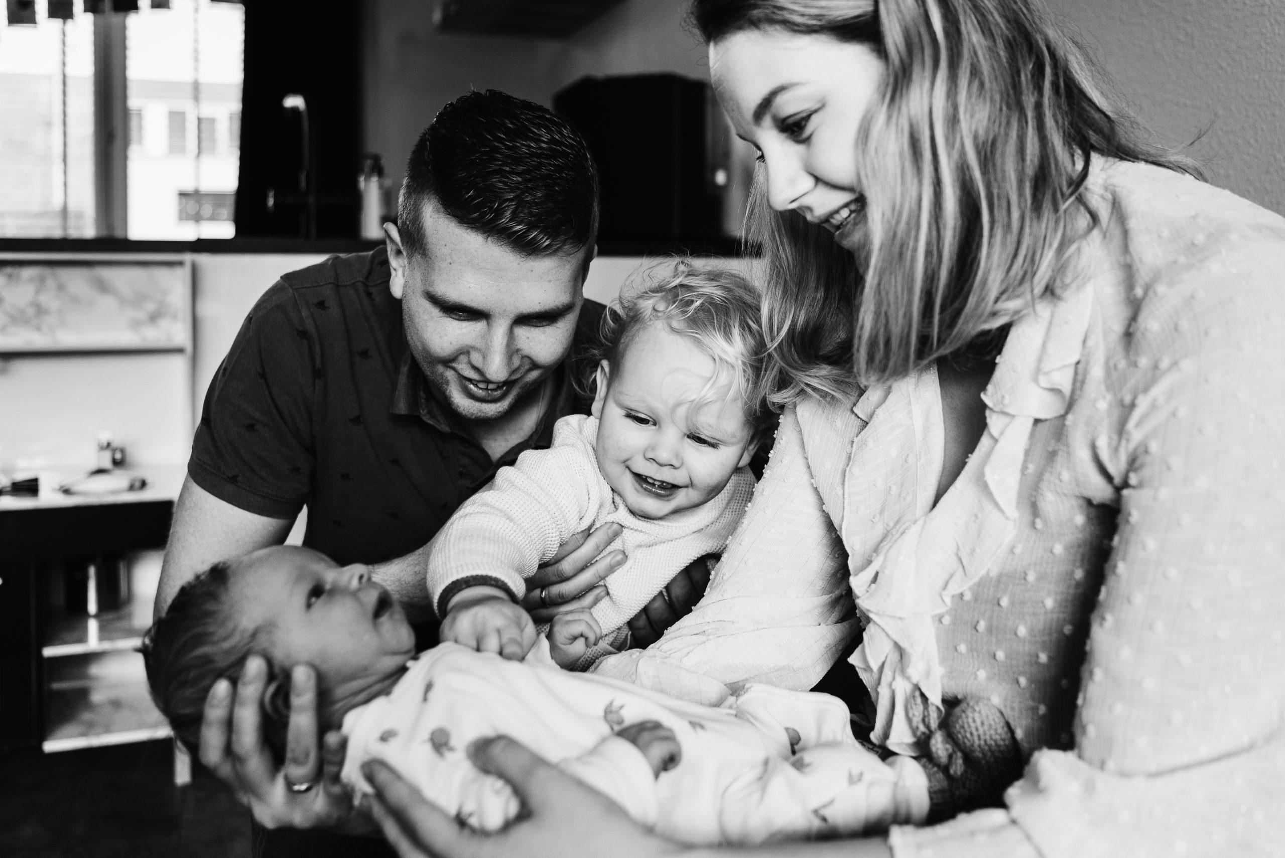 Pasgeboren kindje, newbornshoot, Assen, Fotograaf Assen, Gezinsfotograaf Assen, Familiefotograaf Assen, Gezinsfotograaf Drenthe, Familiefotograaf Drenthe, Gezin thuis fotograferen.