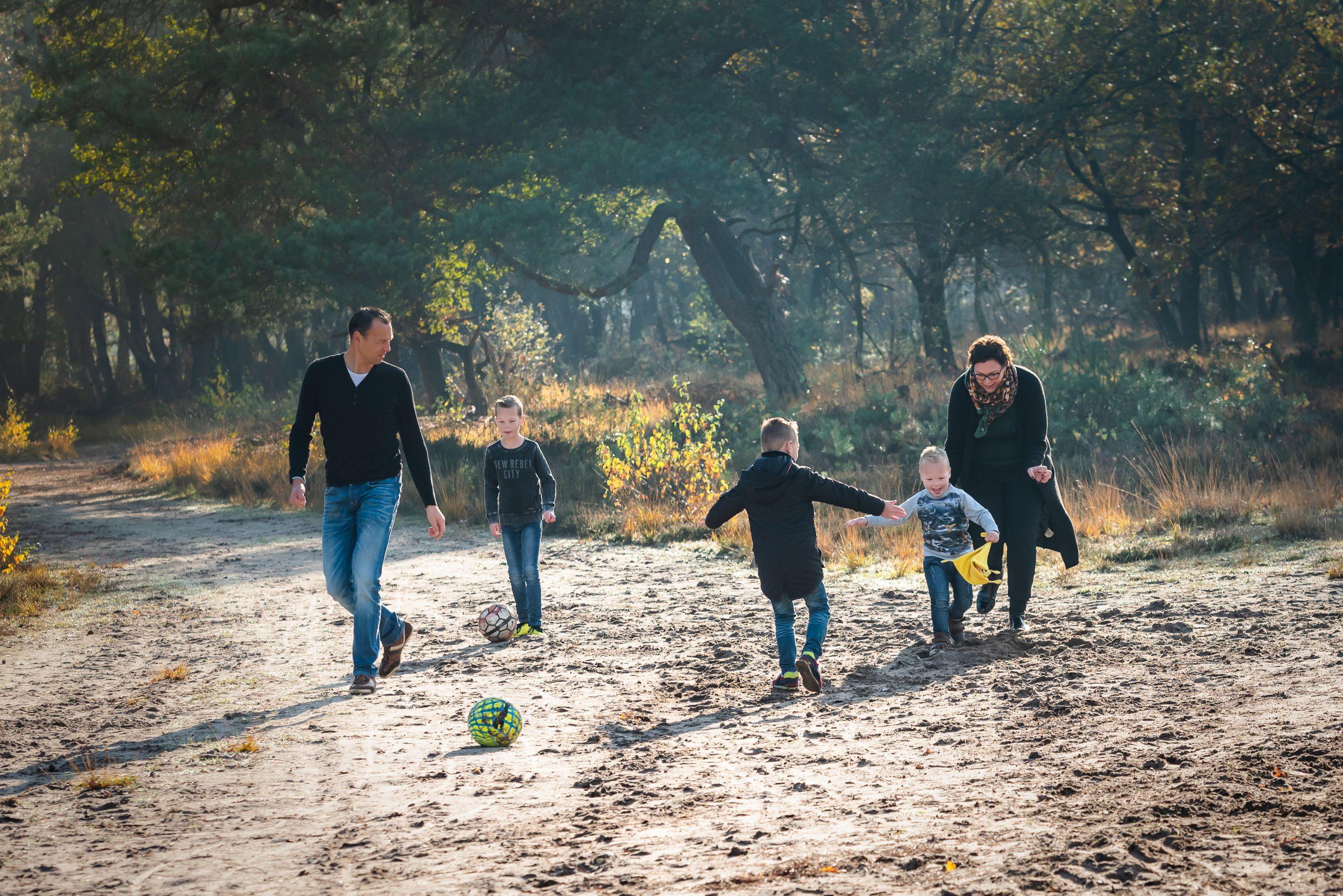 Picknicken op de heide met gezin, in Assen, Drenthe, Familiefotograaf Assen, gezinsfotograaf Assen, familiefotograaf drenthe, fotograaf drenthe, gezinsfotograaf drenthe, jonge kinderen, kleine jonge, herfst kleuren, buiten spelen, outdoor
